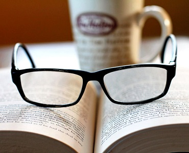 Reading Books and its Benefits in Hindi
